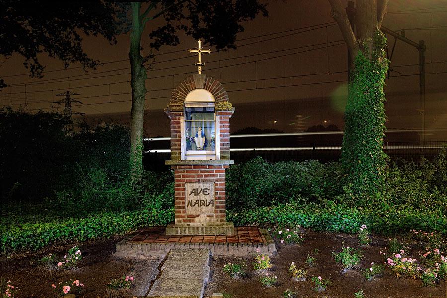 Illustratie: Berkel-Enschot, Streepstraat kruising Spoordijk bij de trein staat deze kleine Mariakapel