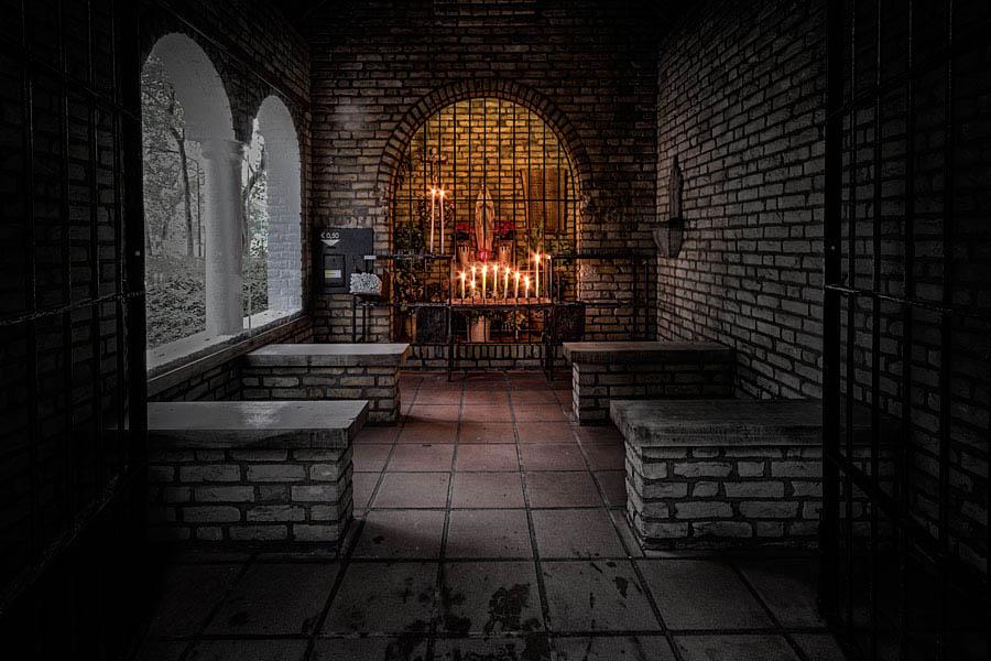 Illustratie:Opnamen binnen in de kapel Maria in de bossen