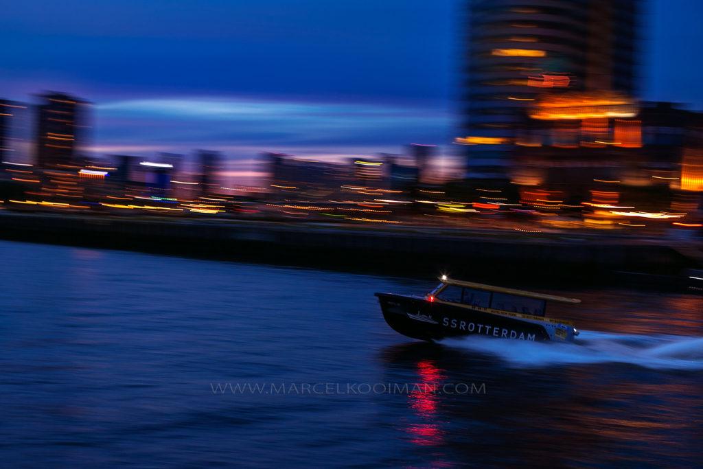 Illustratie: Watertaxi, Hotel New York, De Maas, boot, stadsverlichting, pannen, langesluitertijd