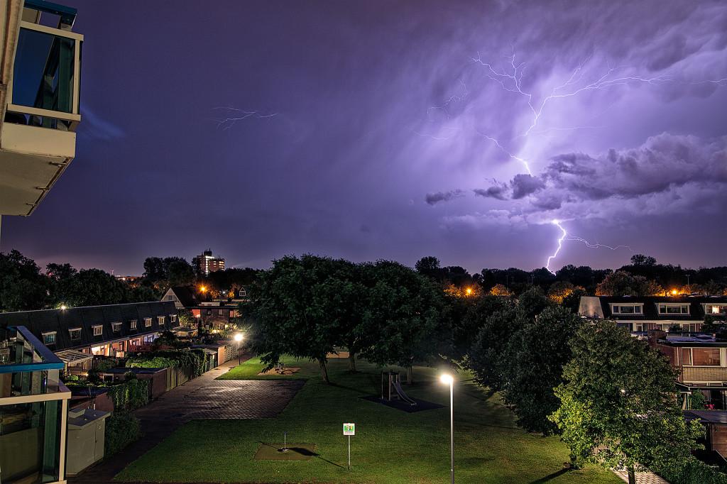 Illustratie: Groot onweer hoek van holland met verschillende inslagen achter elkaar.