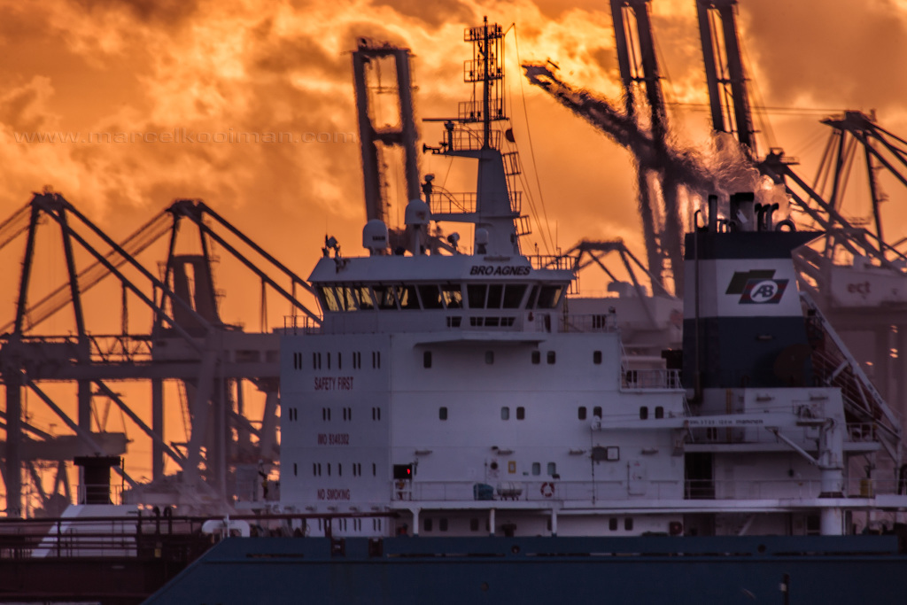 illultratie: schip, sunset, stuurhuis, kranen, ect