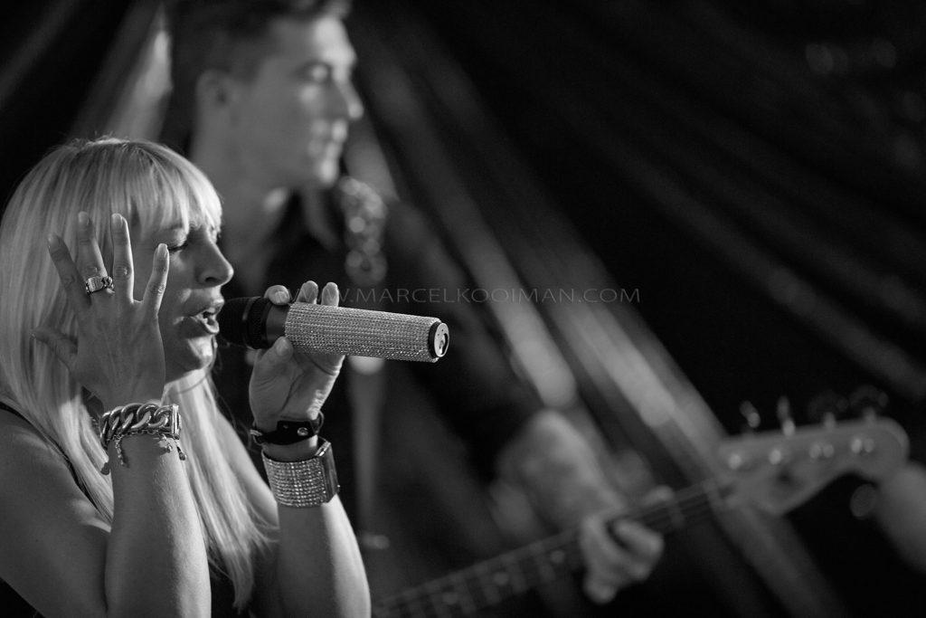 Illustratie: zangeres, gitarist, zwart-wit